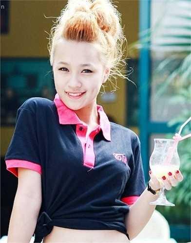 Cô tên thật là Trần Thị Thủy Tiên, sinh năm 1994. DJ Tít mồ côi mẹ từ năm lên 10 và sống cùng ông bà ngoại.