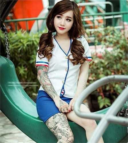 Nguyễn Thị Tuyết Nhi (23 tuổi, quê Vĩnh Long) gây chú ý khi sở hữu nhiều hình xăm lớn ở tay và chân. Trên trang cá nhân, cô thu hút hơn 10.000 người theo dõi.