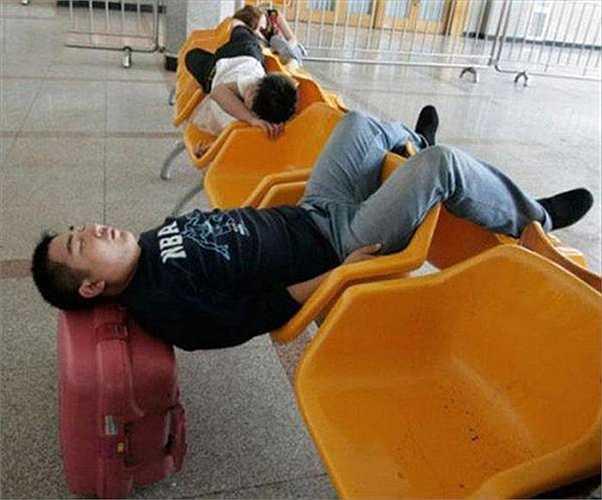 Cách ngủ khi phải chờ tàu, xe quá lâu ở nhà chờ