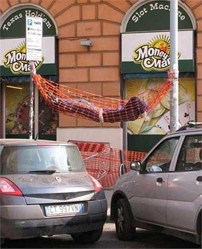 Mắc võng nằm ngay trên phố
