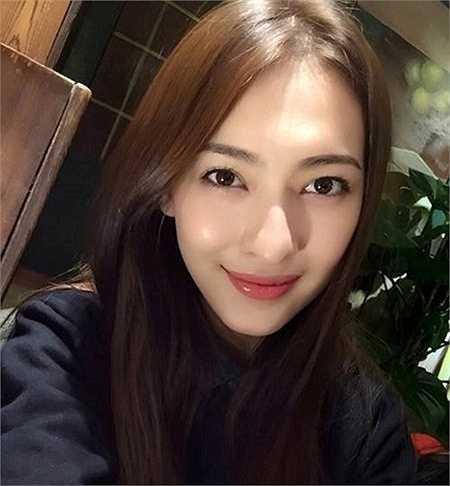 Ngoài giờ học, Mạch Đề tham gia làm người mẫu. Hiện, cô đang là một ngôi sao sáng trong làng người mẫu của thành phố.