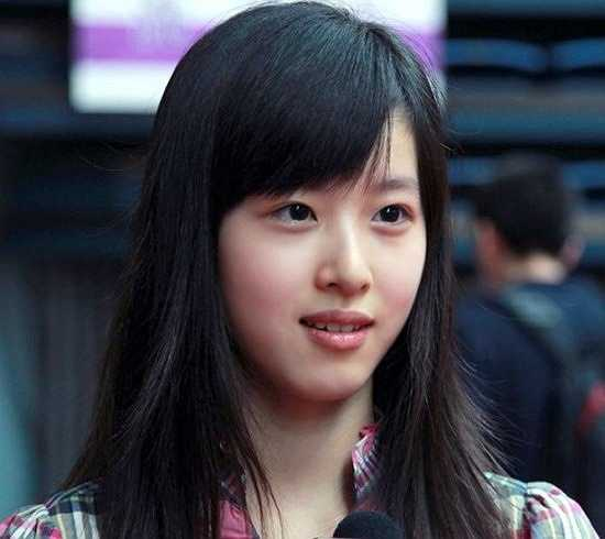Năm 2011, sau khi tốt nghiệp cấp 3, cô được tuyển thẳng vào ĐH Thanh Hoa, một trong những trường ĐH danh giá nhất Trung Quốc.