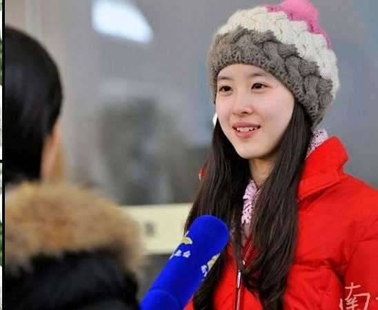 Năm 2012, cô được bầu chọn là nữ sinh xinh đẹp nhất ĐH Thanh Hoa và đứng đầu top 10 nữ sinh ĐH xinh đẹp nhất Trung Quốc do độc giả bầu chọn.