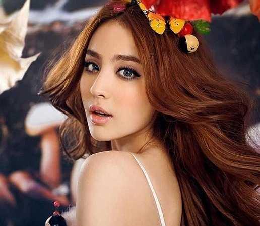 Nữ sinh xinh đẹp này là Gul Nazar, 19 tuổi, sinh viên Học viện Điện ảnh Bắc Kinh. Cô là người dân tộc thiểu số Duy Ngô Nhĩ, sinh ra và lớn lên tại khu tự trị Tân Cương của Trung Quốc.