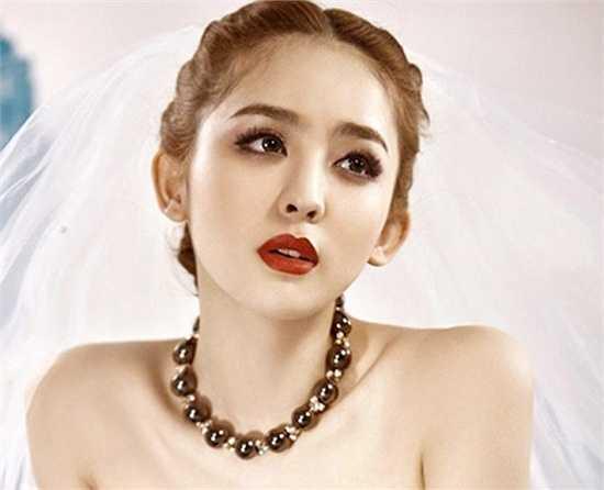 Bước chân vào làng giải trí từ năm 16 tuổi, hiện cô sinh viên xinh đẹp này còn là người mẫu kiêm diễn viên