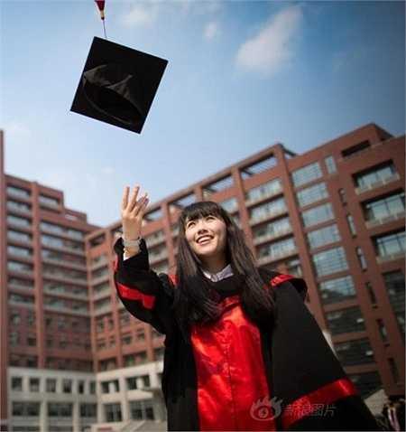 Sau khi thay đổi giao diện bằng hình ảnh cô gái này, số lượng người truy cập vào website của trường tăng chóng mặt.