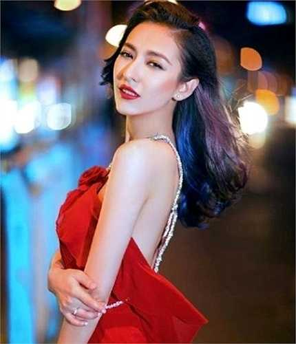 Mễ Nhiệt A Y Mạch Mạch Đề là nữ sinh Khoa Phát thanh, trường Đại học Truyền thông Tân Cương (Trung Quốc).