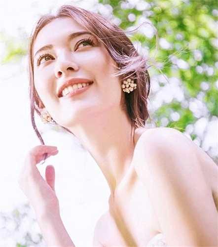 Cô nổi tiếng với khuôn mặt xinh như 'nữ thần', ánh mắt cuốn hút, vóc dáng nóng bỏng và khối kiến thức 'đồ sộ' về lĩnh vực truyền thông.