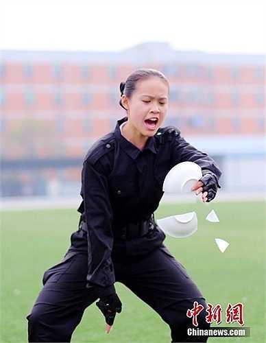 Nữ học viên được yêu cầu phải kiềm chế đối thủ chỉ trong một chiêu