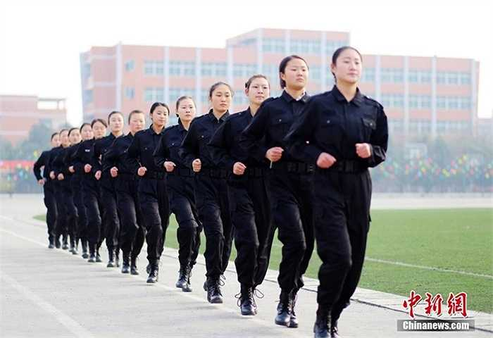 Chạy bộ đường dài với giày của binh lính