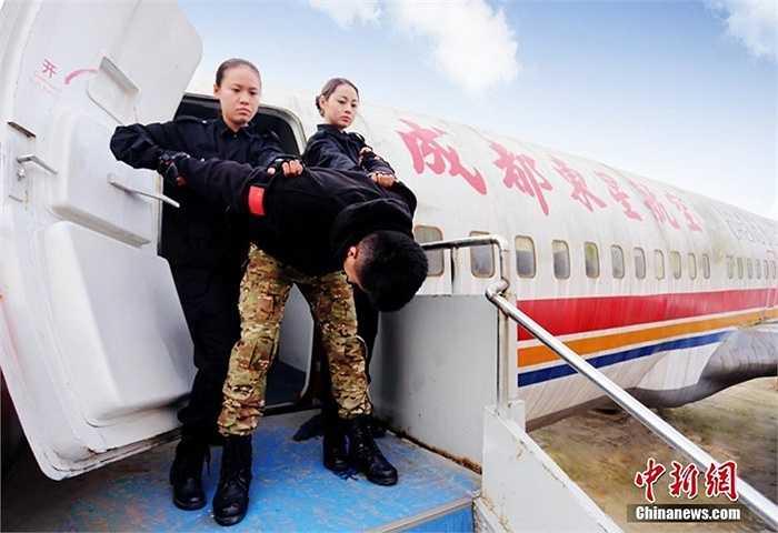 Khống chế khủng bố tấn công hành khách và phi hành đoàn
