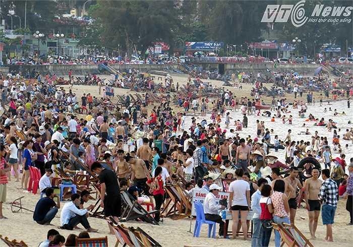 Hầu hết du khách đều tắm biển ở bãi tắm khu 2