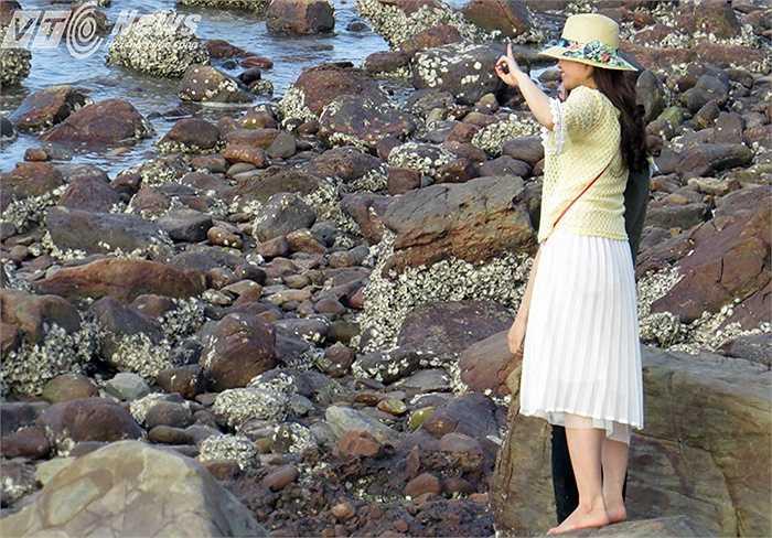 Thiếu nữ tạo dáng trước biển chụp ảnh lưu niệm
