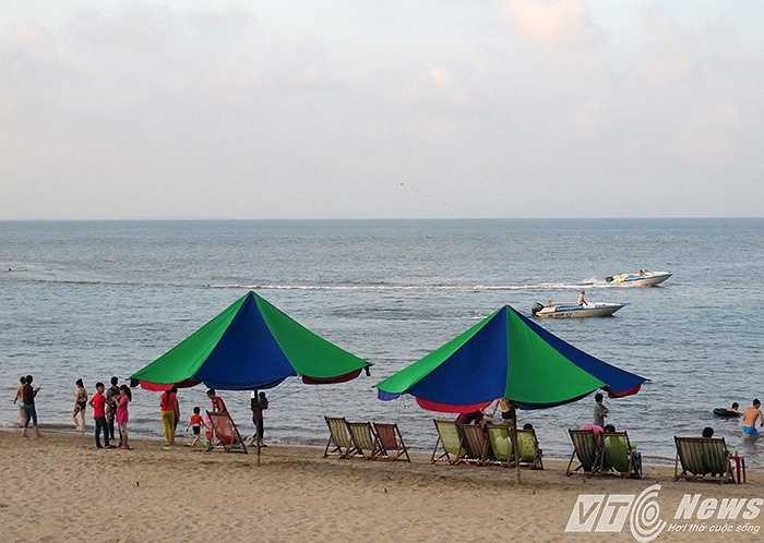 Mặc dù cơ quan quản lý đã có quy định không cho thuê ô dù dưới bãi biển, nhưng tình trạng này vẫn diễn ra