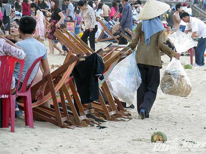 Những hình ảnh này có nên để tồn tại ở một bãi biển đẹp có tiếng như Đồ Sơn?
