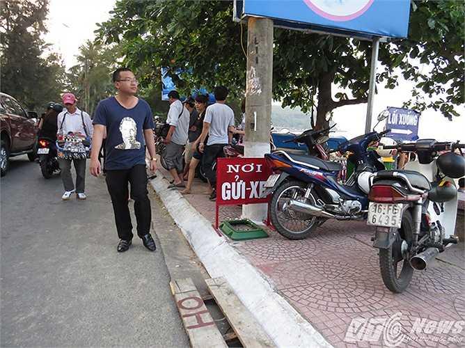 Vỉa hè phía giáp bãi biển cũng được trưng dụng làm nơi trông giữ xe máy, với giá 20.000 đ/chiếc.