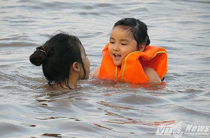 Các bé được thỏa thích tắm biển, vui chơi sau những ngày học tập ở trường