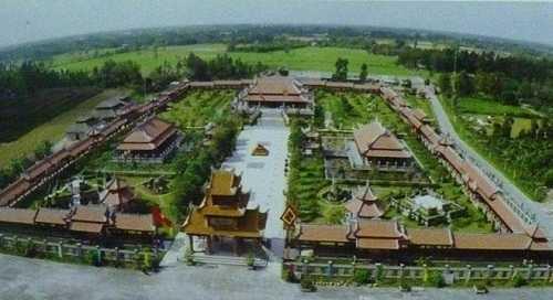 Bí ẩn đại gia bỏ 300 tỷ xây 'cố đô Huế' giữa Tây Nam bộ
