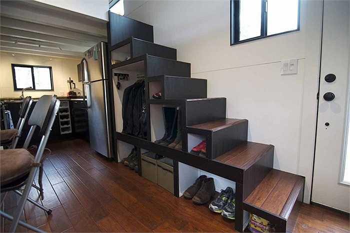 Để tiết kiệm diện tích, những bậc thang cũng được tận dụng làm nơi chứa đồ.