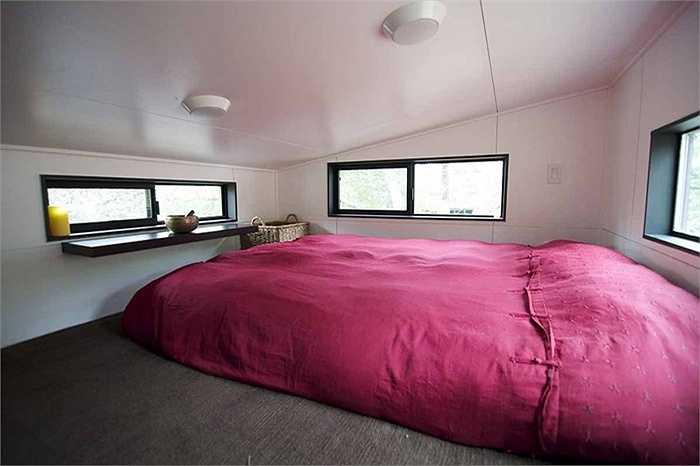 Đây là tầng gác, được thiết kế thành 1 phòng ngủ nhỏ đủ cho hai vợ chồng.