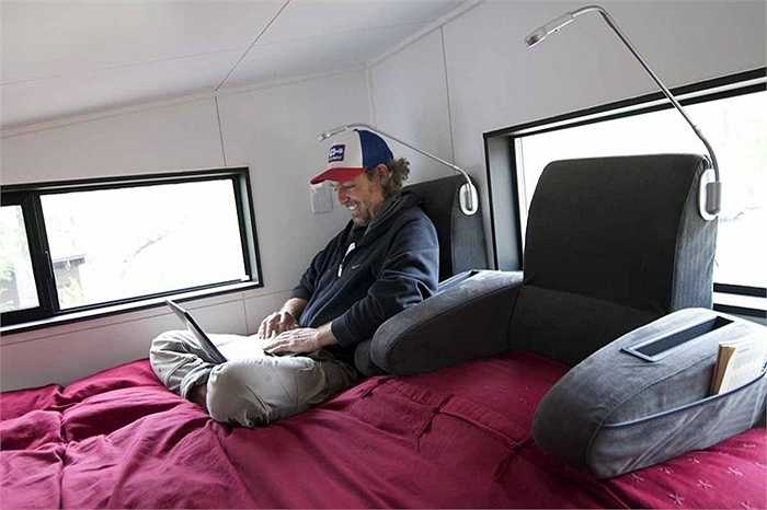 Chiếc giường có kiêm cả ghế ngồi và đèn đọc sách cá nhân để chủ nhân có thể thoải mái thư giãn trong một thời gian dài.