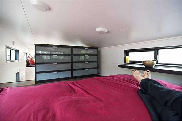 Trong phòng ngủ còn đủ chỗ để kê 2 tủ đồ cho 2 vợ chồng.