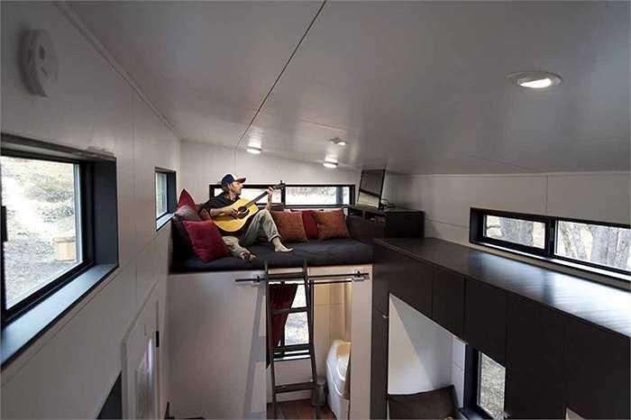 Ở phía bên kia của căn nhà là một tầng gác khác, nơi chủ nhân có thể xem phim hoặc làm những sở thích riêng.