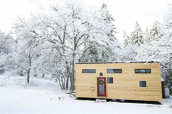 Vì thời tiết ở vùng này có thể trở lạnh nên ngôi nhà luôn được giữ ấm bằng hai bể chứa khí propane có dung tích gần 400 lít để đốt lò sưởi. Hai bể khí này luôn được đổ đầy sau 6 hoặc 8 tháng.