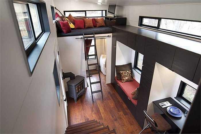 Bên trong căn nhà nhỏ tràn ngập ánh sáng và rất thoáng mát do trần nhà được thiết kế cao 3.6 mét và có rất nhiều cửa sổ.