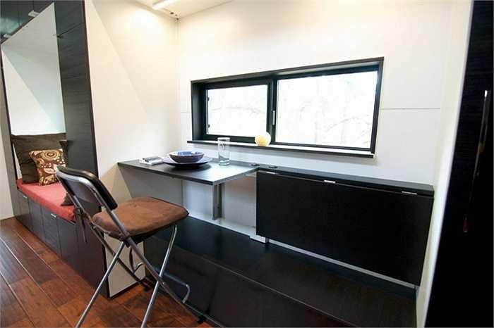 Chiếc bàn ăn có thể gấp lại để tăng thêm không gian cho căn nhà.