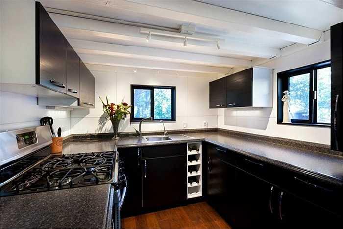 Trong ngôi nhà 20 mét vuông này còn có một nhà bếp hiện đại với đầy đủ các chức năng.