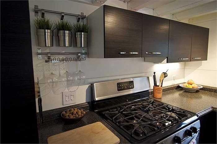 Tại đây gồm có bếp ga, lò nướng, tủ lạnh và tủ bếp để dự trữ đồ.