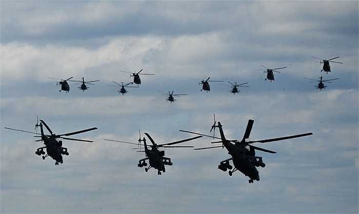 Các máy bay trực thăng cất cánh trên căn cứ không quân Kubinka
