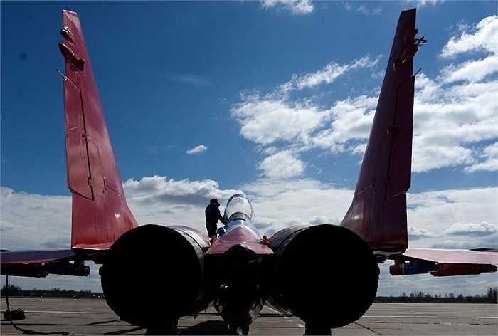 Phi công đứng trên chiếc máy bay tiêm kích MiG-29