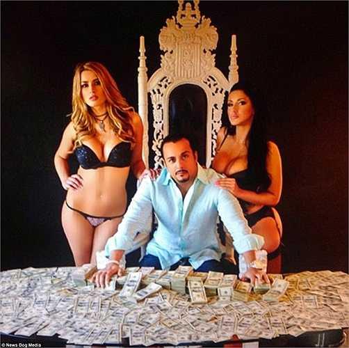 Người ta còn gọi Tony là 'vua tiền' bởi anh thường xuyên chụp những bức ảnh như ngủ với tiền, tiền trải đầy mặt bàn...