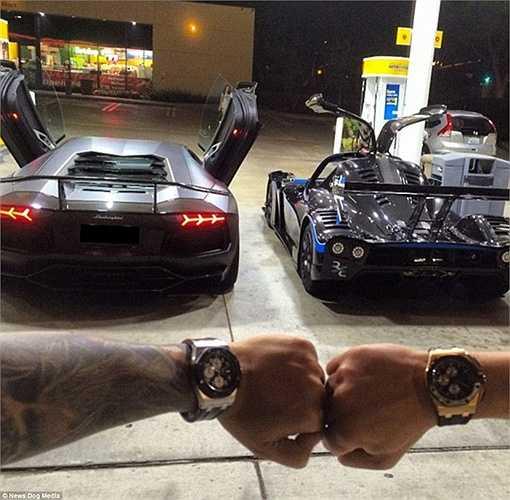 Hầu như ai cũng choáng với những màn khoe siêu xe và đồng hồ đẳng cấp như thế này của Tony.