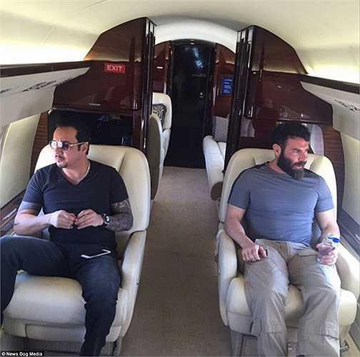 Tony còn chơi thân với Dan Bilzerian, cũng là một ông 'vua tiền' khác đã và đang khá nổi trên Instagram.
