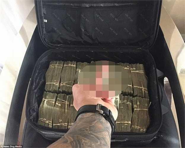 Tony thường xuyên tiêu đến hàng vali tiền.