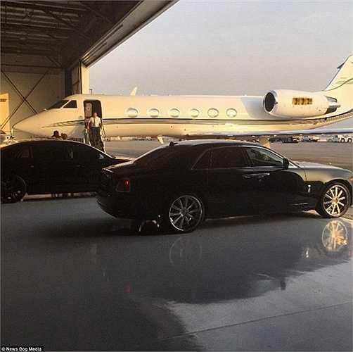 Tony bắt đầu phất lên khi mới 19 tuổi với việc mua lại những hộp đêm nổi tiếng ở California, Hollywood… Đến nay anh đã trở thành một tỷ phú sở hữu nhiều loại siêu xe đắt tiền.