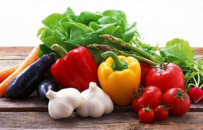 Ớt: Một bữa ăn cay có thể làm cho cuộc yêu trở nên cuồng nhiệt. Những ảnh hưởng của việc tiêu thụ capsaicin – một chất tạo nhiệt và tạo sự kích thích có trong ớt (như làm đổ mồ hôi, nhịp tim nhanh hơn, làm má ửng đỏ) sẽ đẩy nhu cầu 'chuyện ấy' của bạn cao hơn.