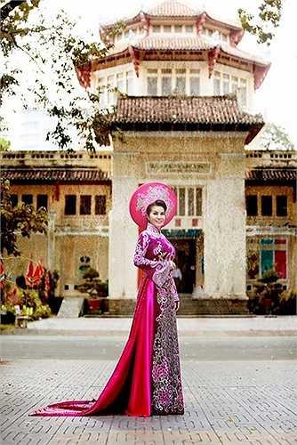 Áo dài NTK: Tuấn Hải. Trang điểm: Đăng Minh. Photo: Hạo Nhiên