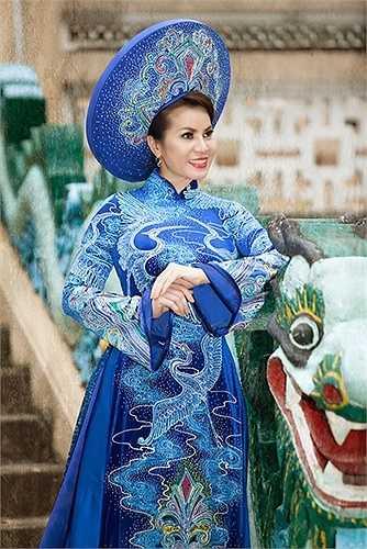 Những mẫu áo dài với hoa văn cách điệu từ trống đồng, chim hạc, hoa văn cung đình, được thiết kế tinh tế với đường pha cắt cúp