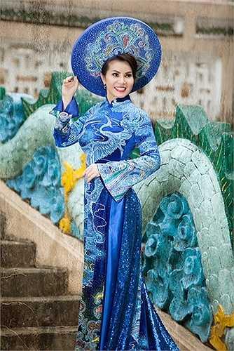 Cùng ngắm vẻ đẹp của tà áo dài Việt Nam:
