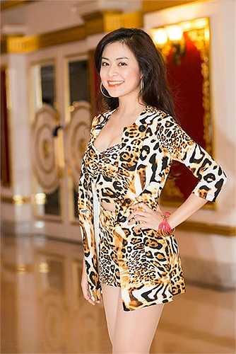 Một trang phục ngắn vừa phải vô cùng bắt mắt của người đẹp họ Hoàng.