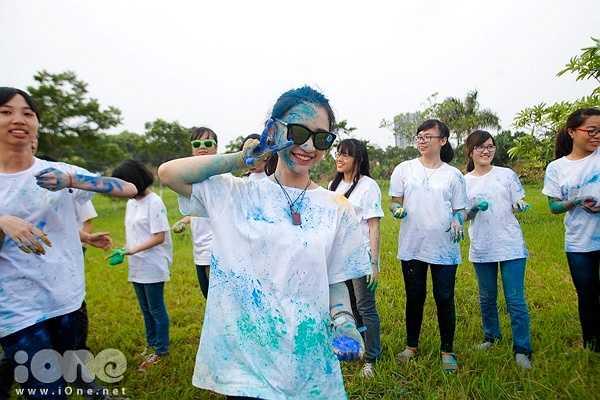 Học sinh nữ tạo dáng đáng yêu dù mặt lắm lem màu.