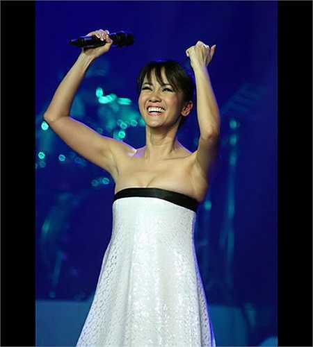 Hồng Nhung là một nữ ca sỹ trẻ trung bậc nhất showbiz Việt.
