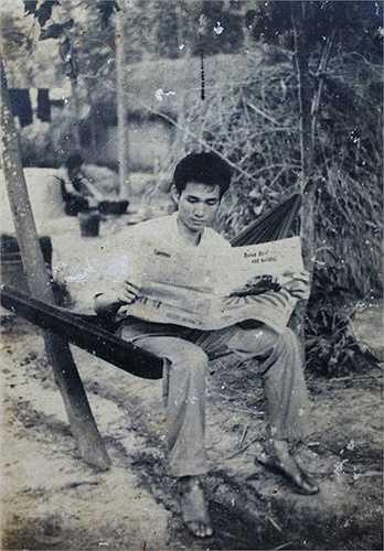 Ảnh chụp của sinh viên Kinh tế Kế hoạch (Đại học Kinh tế quốc dân) năm 1972 tại Quảng Bình, trước khi vào mặt trận Quảng Trị. Xa mái trường nhưng nhiều người vẫn mang theo sách, nhật ký để tranh thủ đọc, ghi chép lúc nghỉ ngơi.