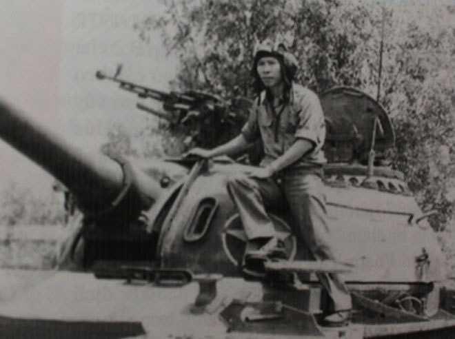 Anh hùng lực lượng vũ trang Phạm Văn Cán (sinh viên Đại học Bách khoa) bên chiếc xe tăng. Trong số sinh viên lên đường nhập ngũ, nhiều người may mắn trở về đi học tiếp, trở thành giáo sư, bác sĩ, cán bộ cao cấp. Nhưng cũng có hàng nghìn chiến sĩ sinh viên trở thành liệt sĩ khi tuổi chớm hai mươi. Trong các nghĩa trang Thành Cổ, Trường Sơn có rất nhiều bia mộ ghi Liệt sĩ, quê Hà Nội, sinh năm 1953, 1954... Mỗi dịp gặp mặt, các cựu sinh viên luôn nhắc lại cho nhau nghe về liệt sĩ Nguyễn Văn Tư (si