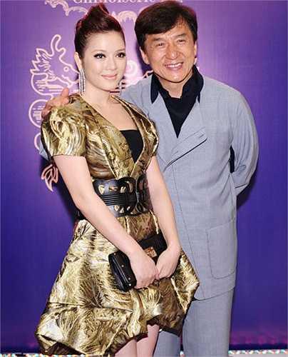 Chiếc váy mà người đẹp mặc khi gặp Thành Long có giá 700 triệu đồng (35.000 USD) cũng làm công chúng 'hoảng hốt'.