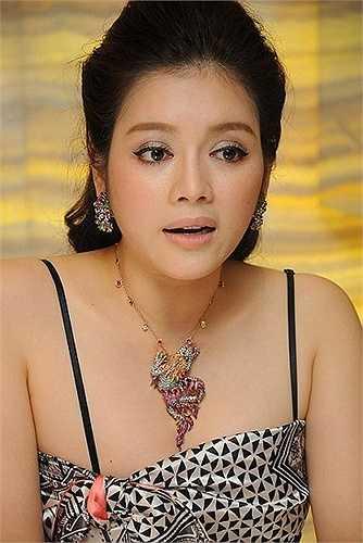 Giá trị của những món trang sức này không là vấn đề gì với Lý Nhã Kỳ bởi cô là chủ của một cửa hàng kim cương lớn.